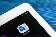 Google översätter applikationsymbolen på närbild för Apple iPadpro-skärm Google översätter symbolen Google översätter applikation royaltyfri foto