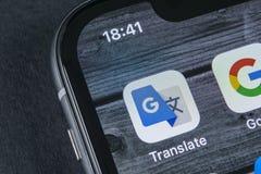 Google übersetzen Anwendungsikone auf Apple-iPhone X Schirmnahaufnahme Google übersetzen Ikone Google übersetzen Anwendung sozial Stockfotos