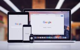 Google στο iPhone 7 της Apple υπέρ ρολόι και Macbook της Apple iPad υπέρ Στοκ φωτογραφία με δικαίωμα ελεύθερης χρήσης