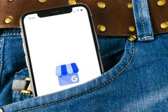 Google το εικονίδιο επιχειρηματικής εφαρμογής μου στο iPhone Χ της Apple οθόνη στην τσέπη τζιν Google το επιχειρησιακό εικονίδιο  Στοκ Εικόνες