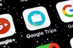 Google задействует значок применения на конце-вверх экрана smartphone iPhone x Яблока Google задействует значок app изображение с стоковые фото