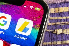 Google AdSense applikationsymbol på närbild för skärm för Apple iPhone X Google AdSense app symbol Google AdSense applikation Sam royaltyfria bilder