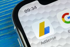 Google AdSense applikationsymbol på närbild för skärm för Apple iPhone X Google AdSense app symbol Google AdSense applikation Sam royaltyfria bilder