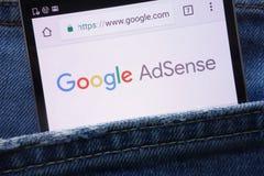 Google AdSense strona internetowa wystawiająca na smartphone chującym w cajgach wkładać do kieszeni zdjęcia stock