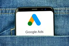 Google-Advertenties nieuw embleem en app stock foto's