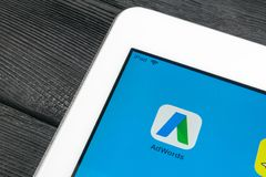 Google AdWords applikationsymbol på närbild för Apple iPadpro-skärm Den Google annonsen uttrycker symbolen Google AdWords applika royaltyfria foton