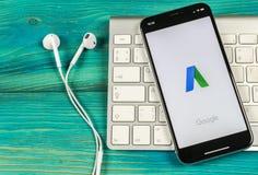 Google Adwords applikationsymbol på närbild för skärm för Apple iPhone X Den Google annonsen uttrycker symbolen Google AdWords ap arkivfoton