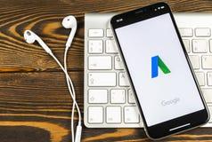 Google Adwords applikationsymbol på närbild för skärm för Apple iPhone X Den Google annonsen uttrycker symbolen Google AdWords ap royaltyfri bild