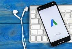 Google Adwords podaniowa ikona na Jabłczany X iPhone parawanowym zakończeniu Google reklama Formułuje ikonę Google AdWords zastos fotografia royalty free