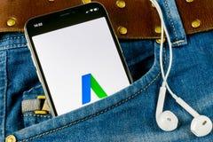 Google AdWords stoppa i fickan den uttryckliga applikationsymbolen på skärmen för Apple iPhone X i jeans Google annonsord uttryck royaltyfri fotografi