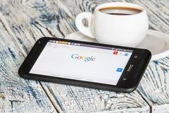 Google APP ouvert dans le téléphone portable HTC Images libres de droits