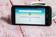 Google app som är öppen i mobiltelefonen HTC Arkivbild