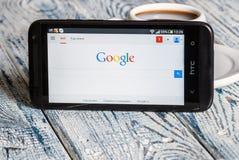 Google app som är öppen i mobiltelefonen HTC Arkivfoton