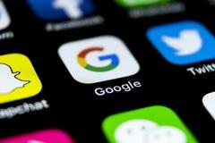 Google applikationsymbol på närbild för skärm för smartphone för Apple iPhone X Google app symbol bilden för nätverket 3d framför Royaltyfri Bild
