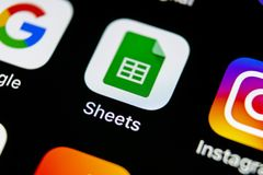 Google arksymbol på närbild för skärm för smartphone för Apple iPhone X Google täcker symbolen bilden för nätverket 3d framförde  Arkivbild