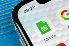 Google arksymbol på närbild för skärm för smartphone för Apple iPhone X Google täcker symbolen bilden för nätverket 3d framförde  Royaltyfri Fotografi