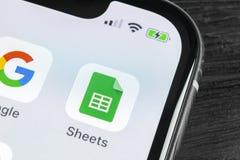 Google bedeckt Ikone auf Apple-iPhone X Smartphone-Schirmnahaufnahme Google bedeckt Ikone Dieses ist eine 3D übertragene Abbildun Stockfotos