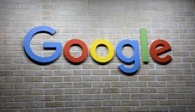 Google bokstäver på en vägg i Amsterdam Arkivbild