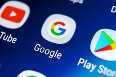 Google busca el icono del uso en el primer de la pantalla del smartphone de la galaxia S9 de Samsung Icono de Google app Red soci foto de archivo libre de regalías
