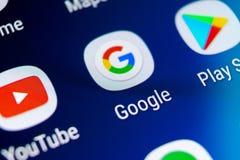Google busca el icono del uso en el primer de la pantalla del smartphone de la galaxia S9 de Samsung Icono de Google app Red soci fotografía de archivo libre de regalías