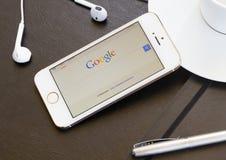 Google busca la página en la pantalla de Iphone 5s. Imagen de archivo