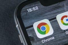 Google Chrome-Anwendungsikone auf Apple-iPhone X Schirmnahaufnahme Google Chrome-APP-Ikone Google Chrome-Anwendung Ein Bündel Leu Stockbilder