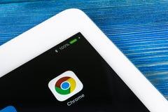 Google Chrome applikationsymbol på närbild för Apple iPadpro-skärm Google Chrome app symbol Google Chrome applikation samla ihop  arkivfoton