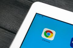 Google Chrome applikationsymbol på närbild för Apple iPadpro-skärm Google Chrome app symbol Google Chrome applikation samla ihop  arkivfoto