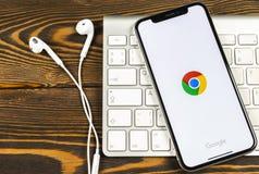 Google Chrome applikationsymbol på närbild för skärm för Apple iPhone X Google Chrome app symbol Google Chrome applikation samla  royaltyfri bild