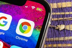 Google Chrome applikationsymbol på närbild för skärm för Apple iPhone X Google Chrome app symbol Google Chrome applikation samla  arkivbilder