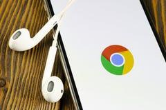 Google Chrome applikationsymbol p? n?rbild f?r sk?rm f?r Apple iPhone X Google Chrome app symbol Google Chrome applikation samla  arkivfoto