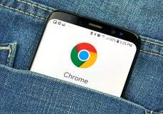 Google Chrome su uno schermo del telefono in una tasca fotografia stock