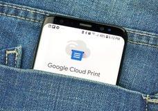 Google Cloud Print sur un écran de téléphone dans une poche photographie stock libre de droits