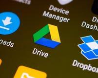 Google conduce uña del pulgar/el logotipo del uso en un smartphone androide imágenes de archivo libres de regalías