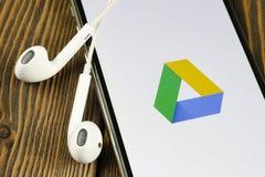 Google conduisent l'ic?ne d'application sur le plan rapproch? d'?cran de l'iPhone X d'Apple Google conduisent l'ic?ne Google cond image stock