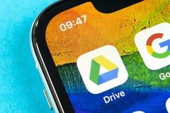 Google conduisent l'ic?ne d'application sur le plan rapproch? d'?cran de l'iPhone X d'Apple Google conduisent l'ic?ne Google cond image libre de droits