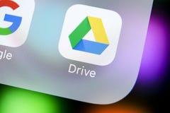Google conduz o ícone da aplicação no close-up da tela do iPhone X de Apple Google conduz o ícone Google conduz a aplicação Rede  Foto de Stock