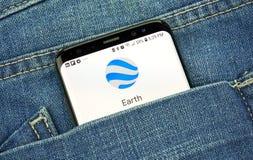 在一手机屏幕的Google Earth在口袋 图库摄影