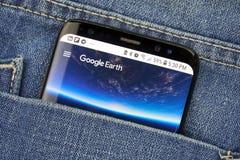 在一手机屏幕的Google Earth在口袋 库存图片