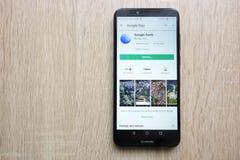 Google Earth app na google play store stronie internetowej wystawiającej na Huawei Y6 2018 smartphone zdjęcie stock