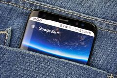 Google Earth sur un écran de téléphone dans une poche images stock