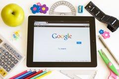 Google em Ipad 3 com acessórios da escola imagem de stock