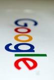 Google-embleem op een stuk van Witboek - portret Royalty-vrije Stock Foto