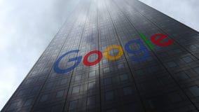 Google-embleem op een wolkenkrabbervoorgevel die op wolken wijzen Het redactie 3D teruggeven Royalty-vrije Stock Foto