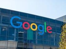 Google-embleem op Googleplex-hoofdkwartier hoofdkantoor stock afbeeldingen