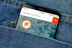 Google-Expeditionen App auf einem Telefonschirm in einer Tasche stockbilder