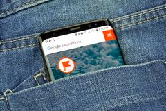 Google-Expeditionen App auf einem Telefonschirm in einer Tasche lizenzfreie stockfotos