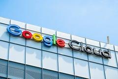 Google fördunklar tecknet överst av en av deras kontorsbyggnader royaltyfri fotografi