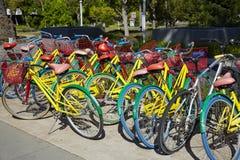 Google-fietsen met googlekleuren Stock Afbeeldingen