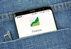 Google Finance na telefonu ekranie w kieszeni zdjęcia royalty free